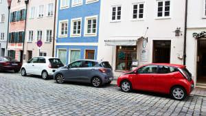 Autos parken in der Stadt