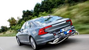 Auto mit Messvorrichtung fährt auf der Strasse