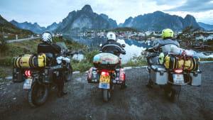 Motorradfahrer blicken auf die Lofoten bei Reine