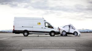 Kleintransporter fährt auf Autoatrappe
