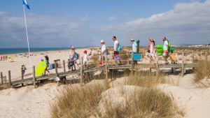 Eine Familie auf dem Weg zum Strand an der Algarve in Portugal
