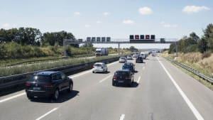 Autos fahren auf einer Autobahn. Die rechte Fahrbahn ist frei.