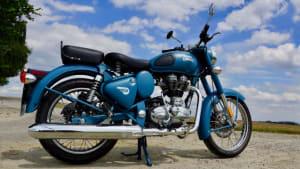 Eine Royal Enfield Classic 500 in blau steht auf einer Straße