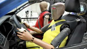 Zwei Dummies sitzen im Auto für den Crashtest Rückhaltesysteme