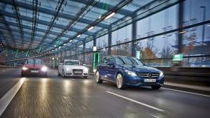 Vergleichstest Kombi, Mercedes C-Klasse T-Modell fährt vor Audi A4 Avant und BMW 3er Touring