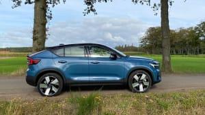 Ein blauer Volvo C40 von der Seite zu sehen