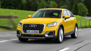 Audi Q2 TDI fahrend auf der Straße