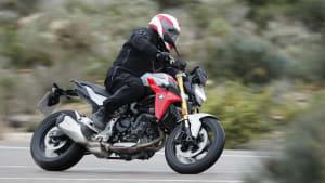 Motorradfahrer fährt eine BMW F 900 R