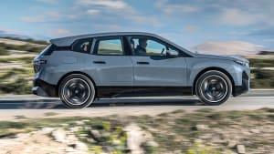 Seitenansicht eins. fahrenden BMW iX