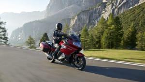 das rote Motorrad BMW K 1600 GT von der Seite bei der Fahrt