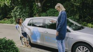 Frau und Kind nutzen Carsharing Auto