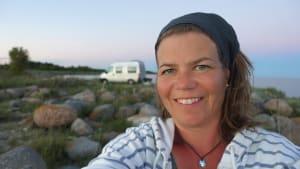 Selbstportrait von Susanne Flachmann auf Reisen mit ihrem Wohnmobil