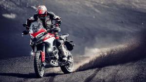 Die Ducati Multistrada V4 bei der Fahrt im Gelände von vorne