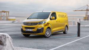Der Elektrotransporter Vivaro-e von Opel an der Ladesäule