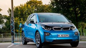 BMW i3 an einer Ladesäule