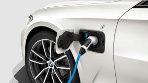 Weisser 3er BMW wird aufgeladen