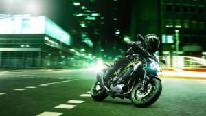 die Kawasaki Z900 bei einer Fahrt in der Nacht