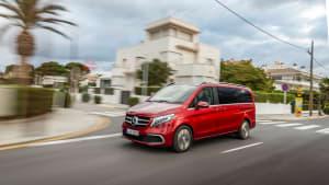 roter Mercedes V-Klasse faehrt auf Strasse