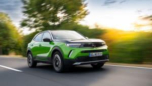 der Opel Mokka in Grün von vorne