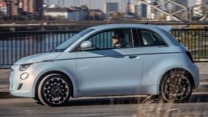Seitenansicht des Fiat 500e fahrend auf einer Straße
