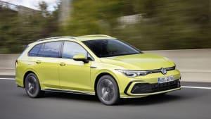 VW Golf Variant fahrend von schräg vorne aufgenommen