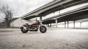 die rote Harley-Davidson Fat Bob steht auf der Strasse