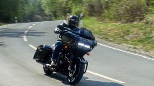 Harley-Davidson Road Glide Special fahrend auf der Straße