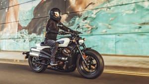 Eine Harley Davidson Sportster S fährt auf einer Straße, seitlich  zu sehen