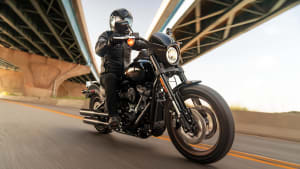 Ein Mann fährt auf einer Harley Davidson Low Rider S