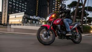 Honda CB 125 F fahrend auf der Straße