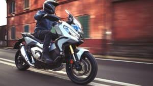 Honda X ADV fahrend auf einer Straße