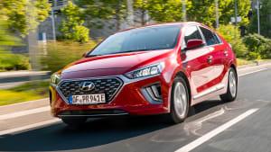 Frontansicht des Hyundai Ioniq Plug-In fahrend
