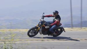 FTR 1200 S Motorrad fahrend auf Strasse