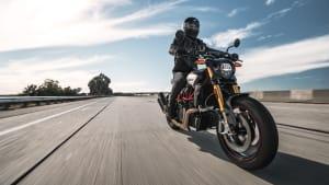 Motorrad Indian FTR R Carbon fahrend auf einer Strasse.