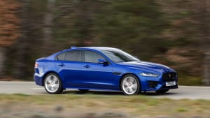 ein blauer Jaguar XE fährt auf einer Landstrasse