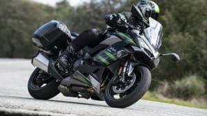 Kawasaki Ninja 1000 SX fahrend auf der Straße