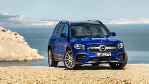 Blauer Mercedes GLB steht in Gelaende