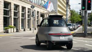 Das Stadtauto Microlino in Fahrt durch die City