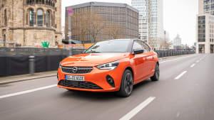 Opel Corsa e fahrend auf der Straße