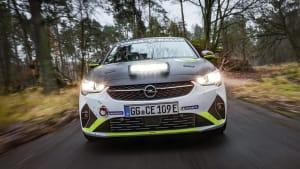 die Front des elektrischen Rallye Opel Corsas