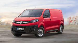 Front des Opel Vivaro stehend