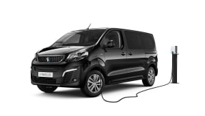 Schwarzer Peugeot e-Traveller beim Laden an der Ladesäule