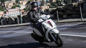 Piaggio Medley 125 fahrend auf der Straße