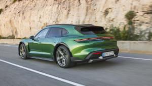 Heckansicht eines Porsche Taycan Cross Turismo