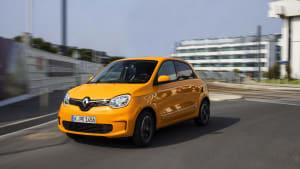 Renault Twingo fahrend auf einer Straße