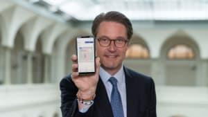 Bundesverkehrsminister Andreas Scheuer zeigt die App mit dem neuem digitalen Führerschein in die Kamera