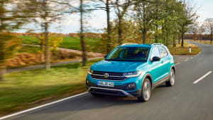 orangener VW T-Cross faehrt auf Strasse
