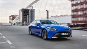 Ein blauer Toyota Mirai während der Fahrt durch die Stadt