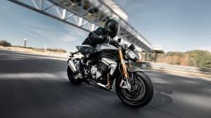 Ein dynamisches Bild von einer fahrenden Triumph Speed Triple 1200 RS