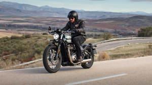 Triumph Bonneville Bobber fährt auf einer Straße